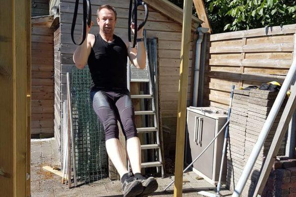 Jan werkt in de ringen in zijn tuin